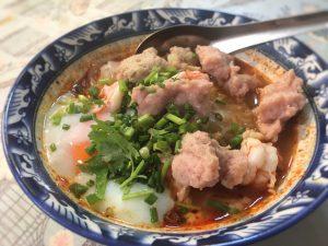 クエッティオ・トムヤム(トムヤムスープ味の米粉麺)、温泉卵トッピング