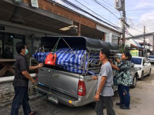 「米ぬか酵素風呂」一式を積んだトラックが現場に到着